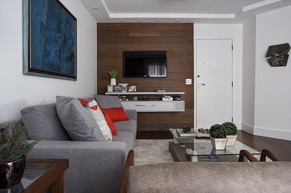 Otimize o espaço da sala de estar investindo em um rack suspenso. Projeto de Lili Giudice