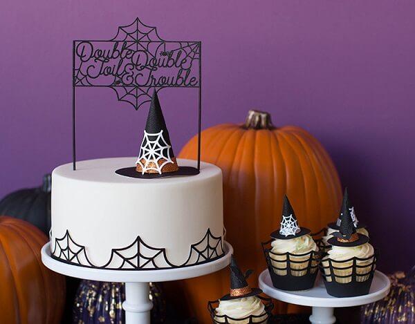 Bolo para Halloween com massa branca e detalhes delicados