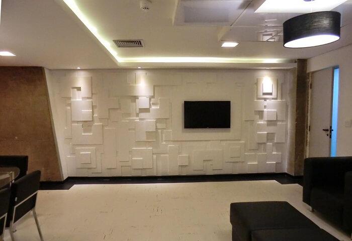 Parede com placa de gesso 3D feita com desenhos irregulares