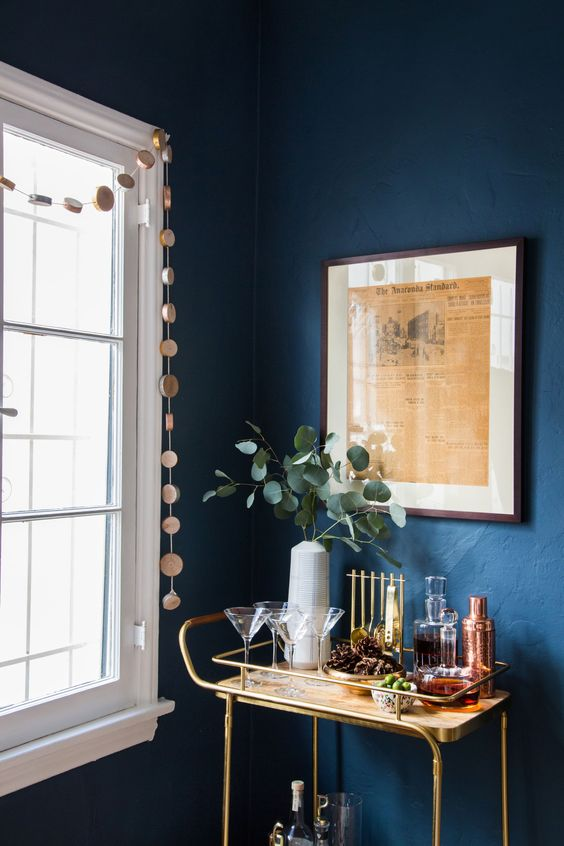 Parede cor azul marinho e barzinho dourado
