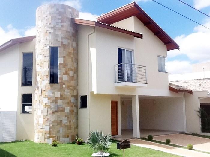 Parte da fachada da casa foi feita com pedra São Tomé amarela