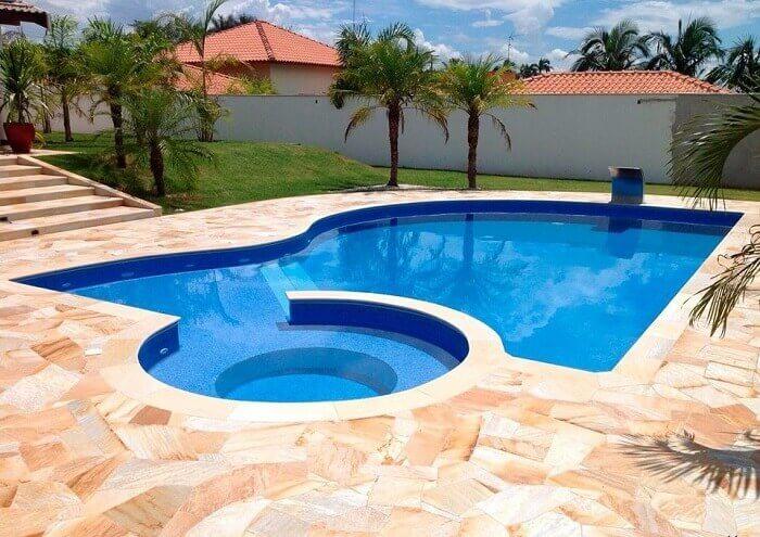 Pedra São Tomé em cacos reveste o piso da piscina