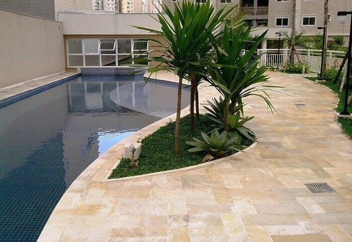 Pedra São Tomé reveste a borda da piscina deste condomínio