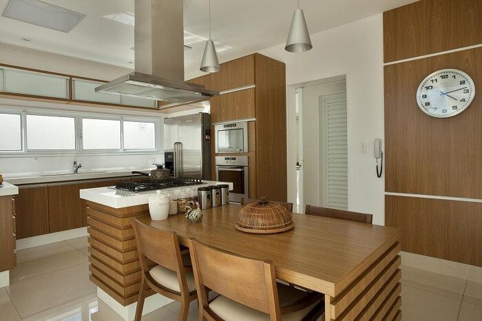 Pendente cromado e móveis de madeira para cozinha