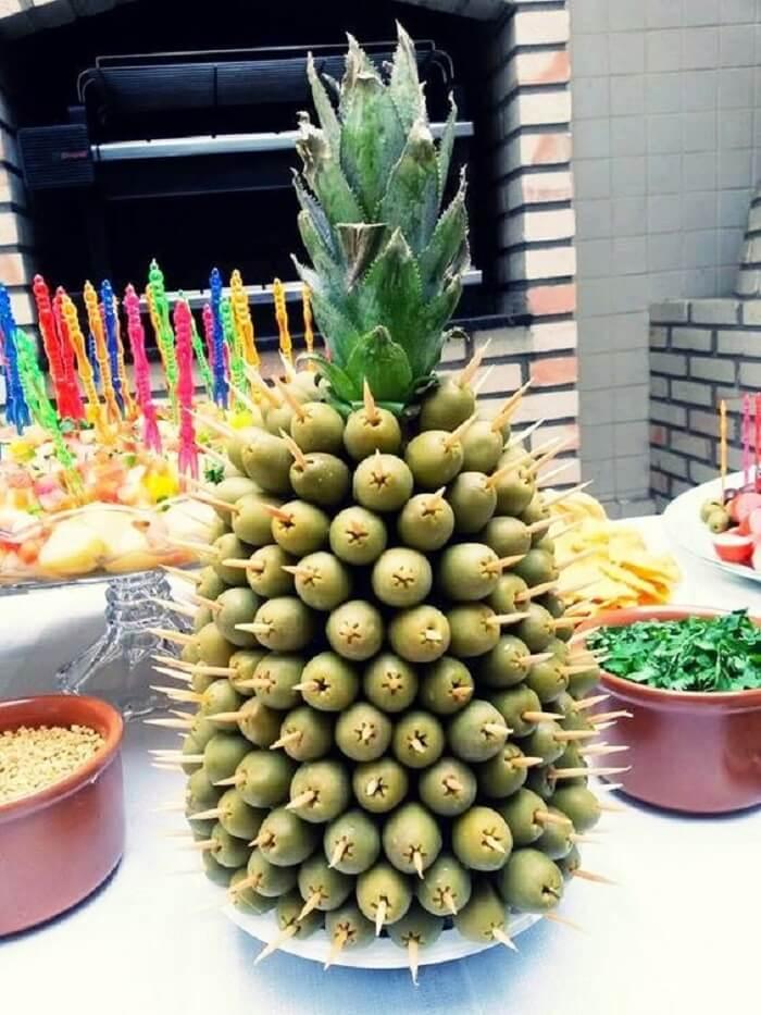 Petiscos de azeitona para festa Chá Bar formam a estrutura do abacaxi em cima da mesa