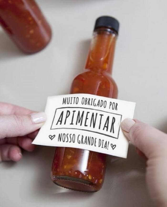 Pimenta na garrafinha personalizada utilizada como lembrancinha para festa Chá Bar