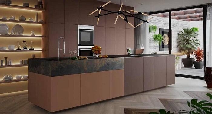 Prateleiras de madeira com iluminação e torneira do tipo gourmet