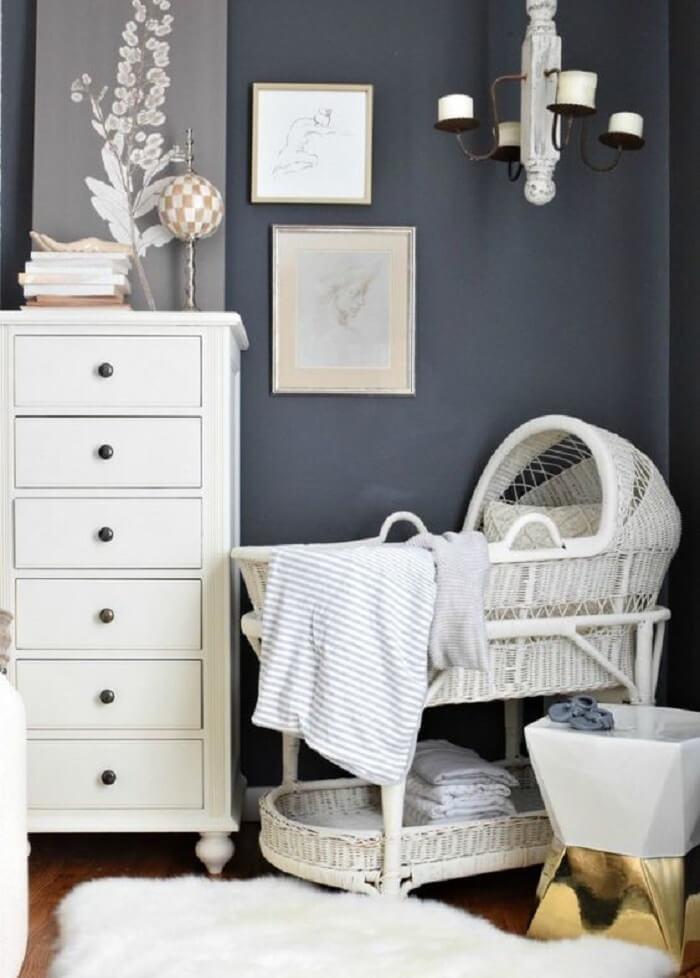 Quarto de bebê com berço de vime branco