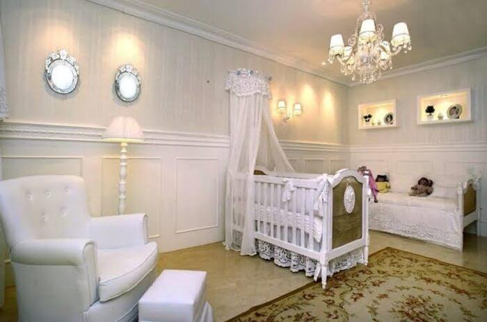 Quarto de bebê com papel de parede e lustre de cristais