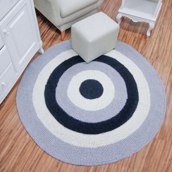 Quarto de bebê com tapete de crochê listrado