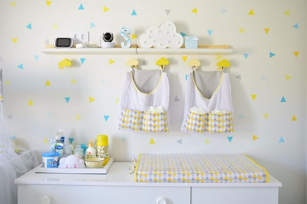 Quarto de bebê decora com quatro ganchos em formato de nuvem