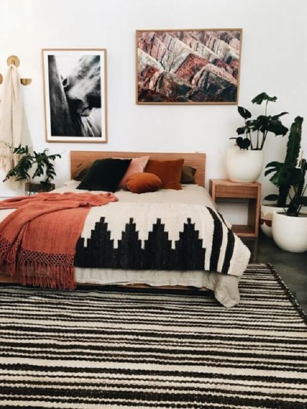 Quarto de casal com tapete preto e branco listrado