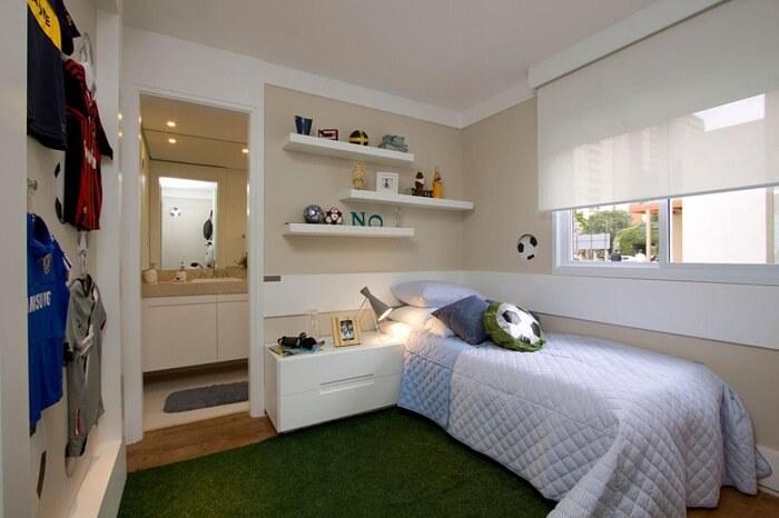 Quarto de menino com tapete felpudo verde e criado mudo moderno planejado