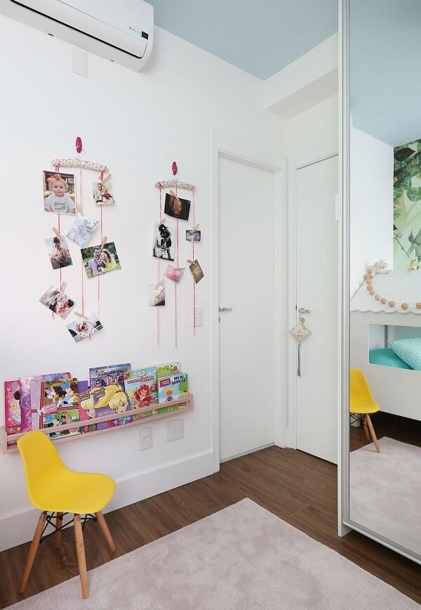 Quarto infantil com guarda roupa espelhado e cadeira amarela