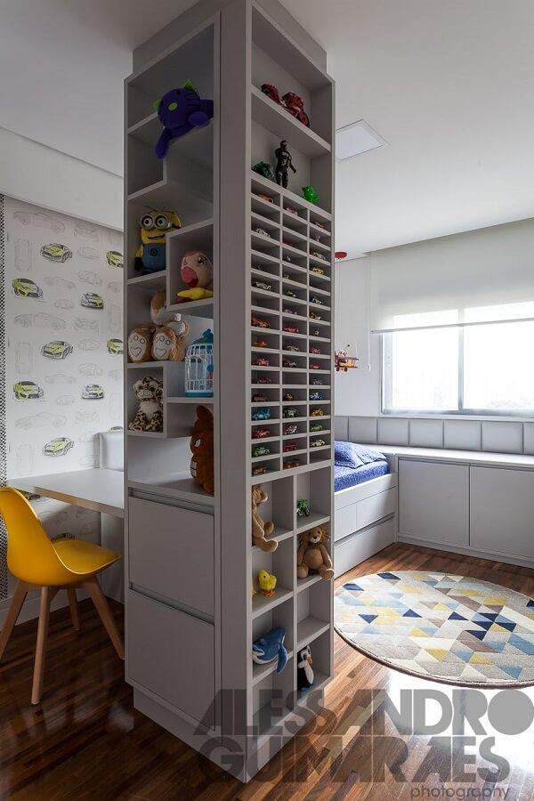 Quarto infantil com tapete colorido e cadeira amarela
