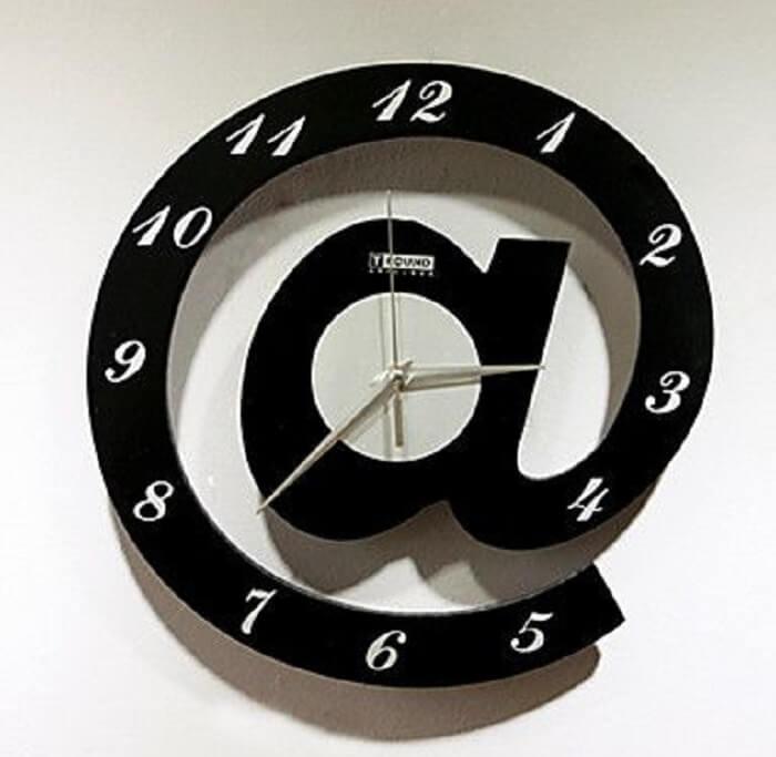 Que tal o desenho de um arroba para o seu relógio de parede?
