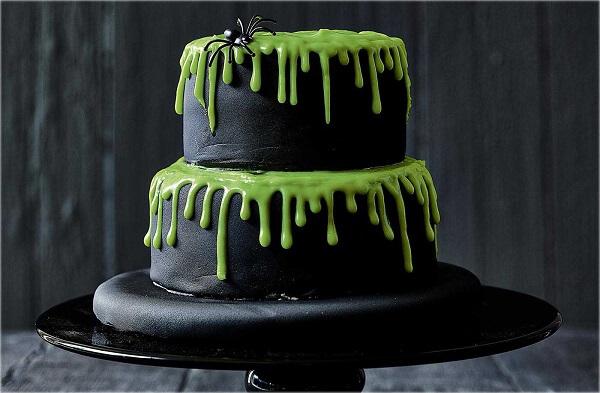 Bolo de Halloween com massa preta e cobertura verde com aranha