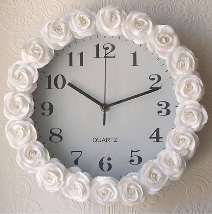 Relógio de parede com acabamento feito com rosas brancas