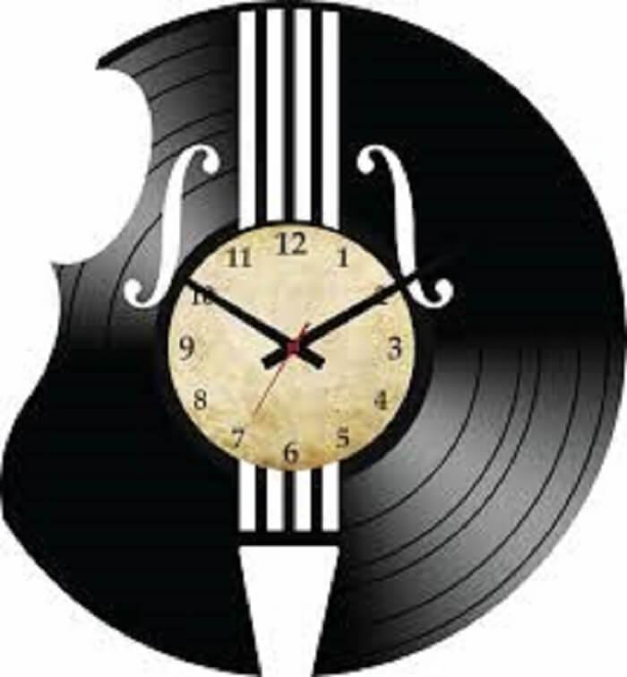 Relógio de parede feito com disco de vinil simula um instrumento musical