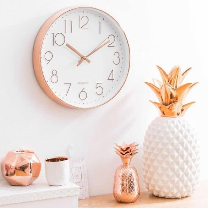 Relógio de parede Rose Gold com design delicado