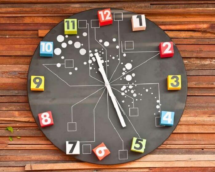 Relógio de parede colorido e criativo