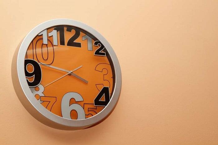 Relógio de parede com cor forte também se destaca na decoração do ambiente