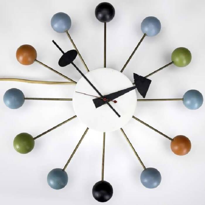 Relógio de parede com design de madeira