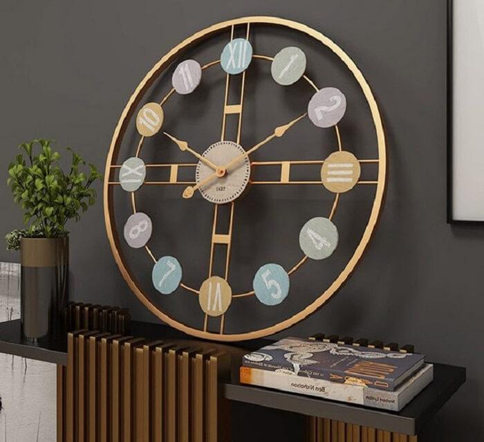 Relógio de parede com design retrô e estrutura metálica