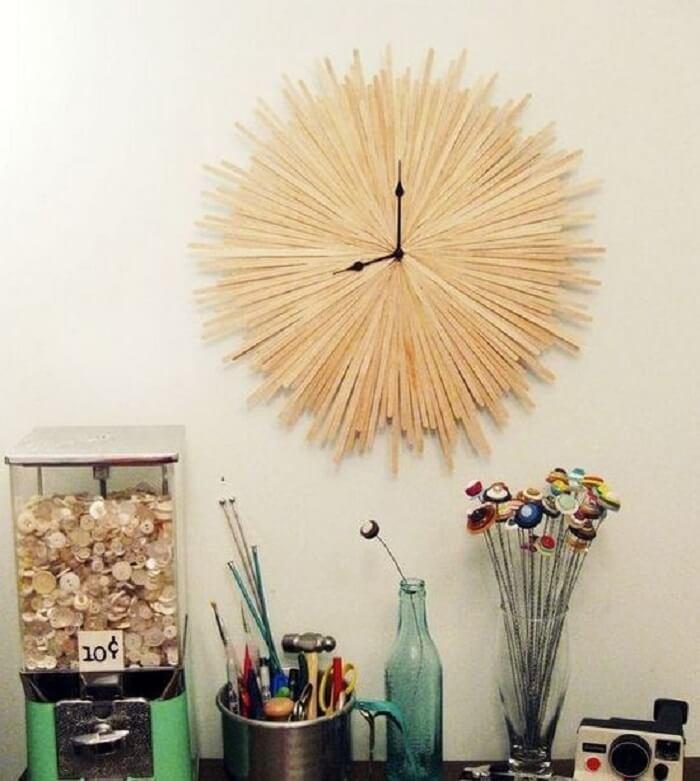 Relógio de parede com estrutura de madeira