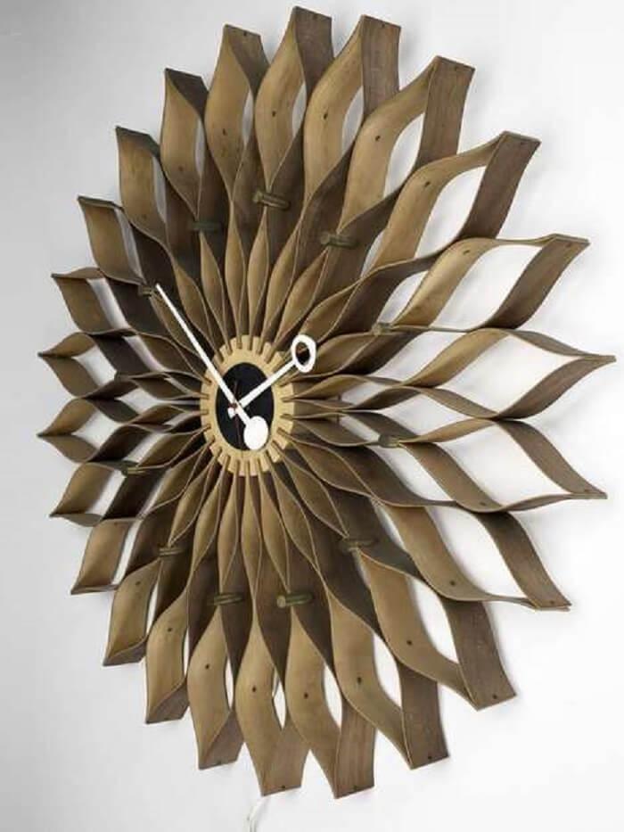 Relógio de parede com textura e cor amadeirada