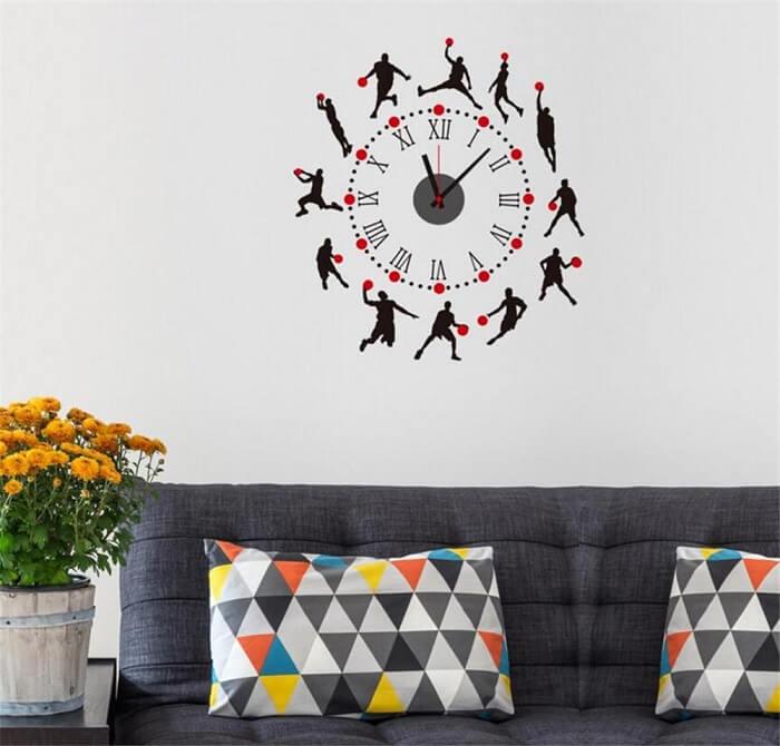 Relógio de parede criativo fixado na sala de estar