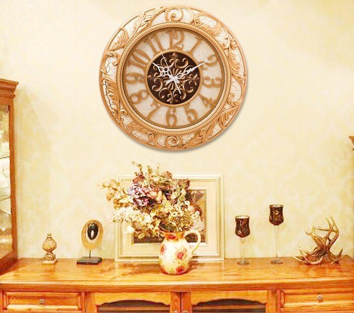 Relógio de parede delicado em tom dourado