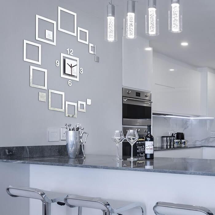 Relógio de parede feito com material espelhado