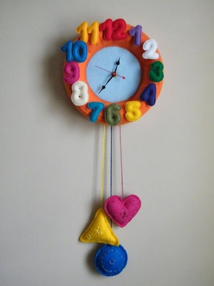 Relógio de parede feito de feltro encanta a decoração do quarto das crianças