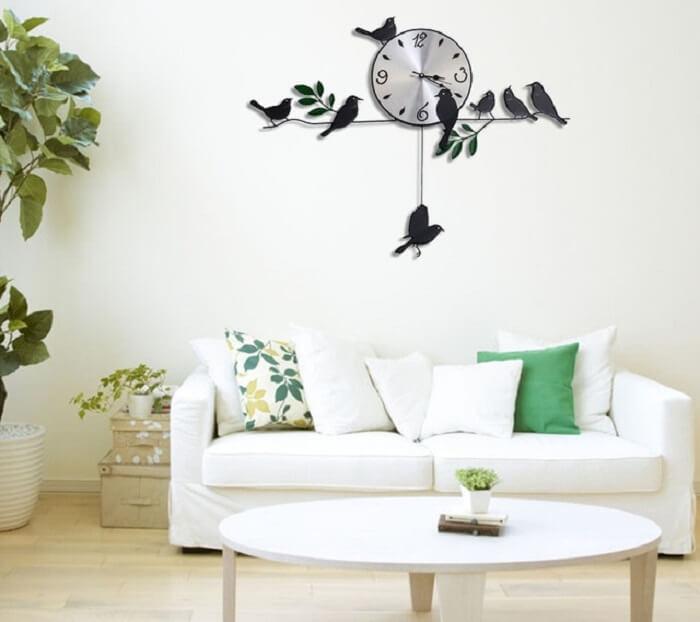 Relógio de parede feito de ferro com desenho de pássaros
