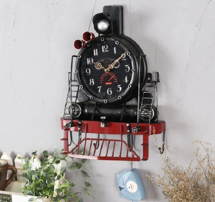 Relógio de parede feito de ferro com design que simula uma Maria Fumaça