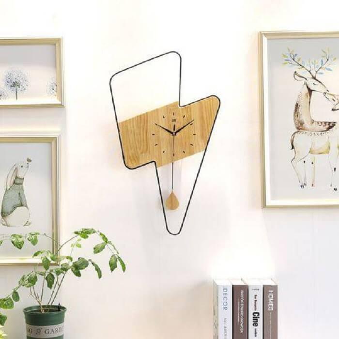 Relógio de parede feito de madeira traz personalidade ao ambiente