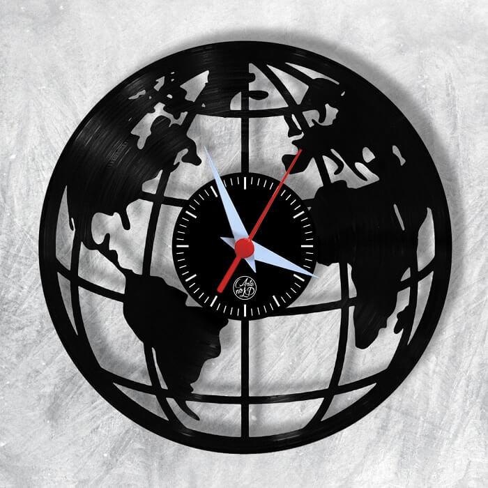 Relógio de parede feito de vinil preto simula o desenho do planeta terra
