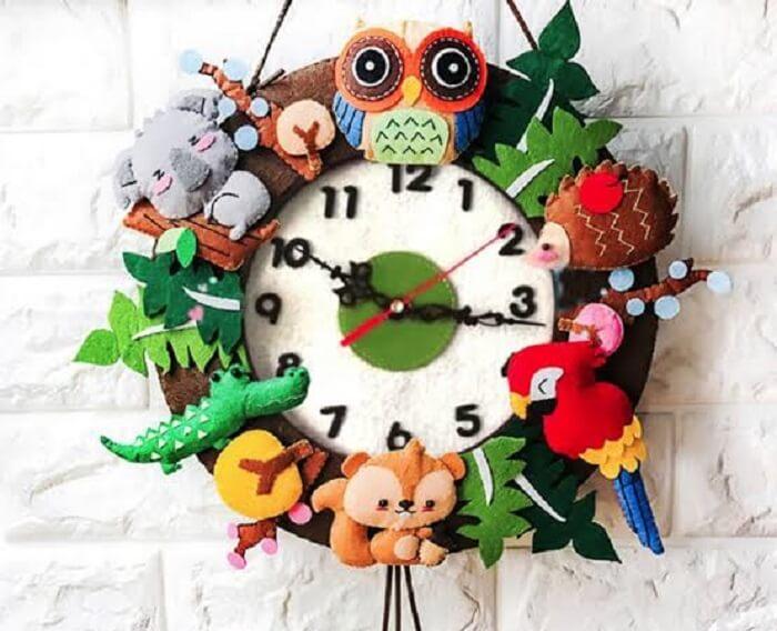 Relógio de parede feito em feltro