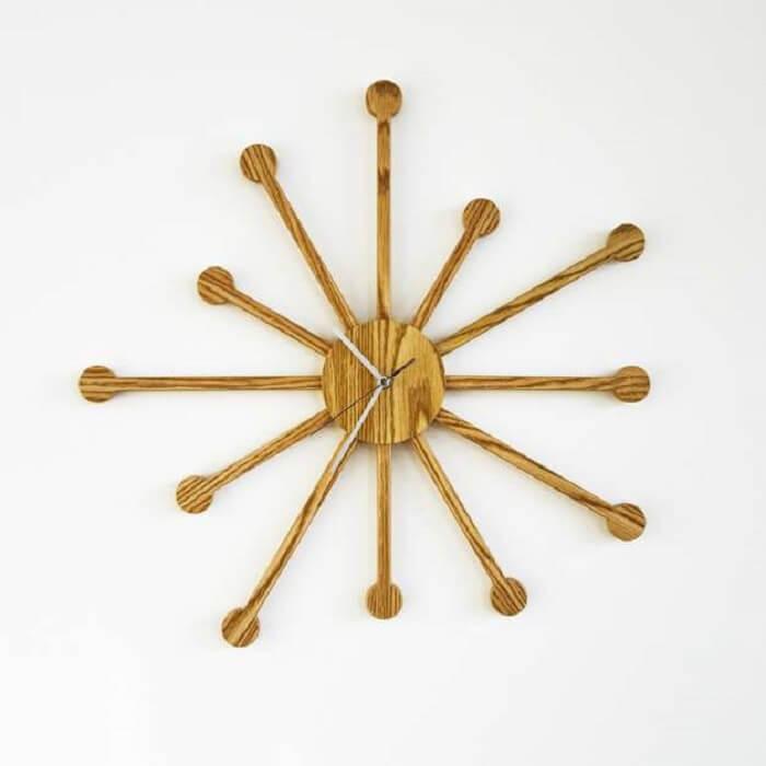 Relógio de parede feito em madeira com estilo pontiagudo