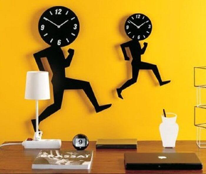 Relógio de parede feito em madeira traz descontração ao ambiente