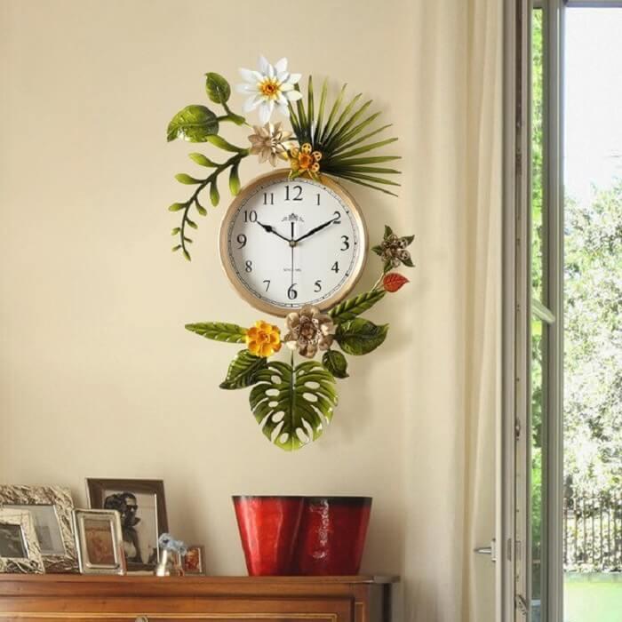 Relógio de parede feito em metal com detalhes florais
