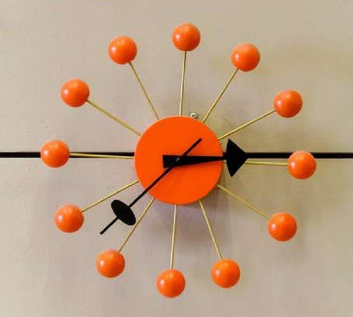Relógio de parede inusitado com cor chamativa traz um ar lúdico ao ambiente