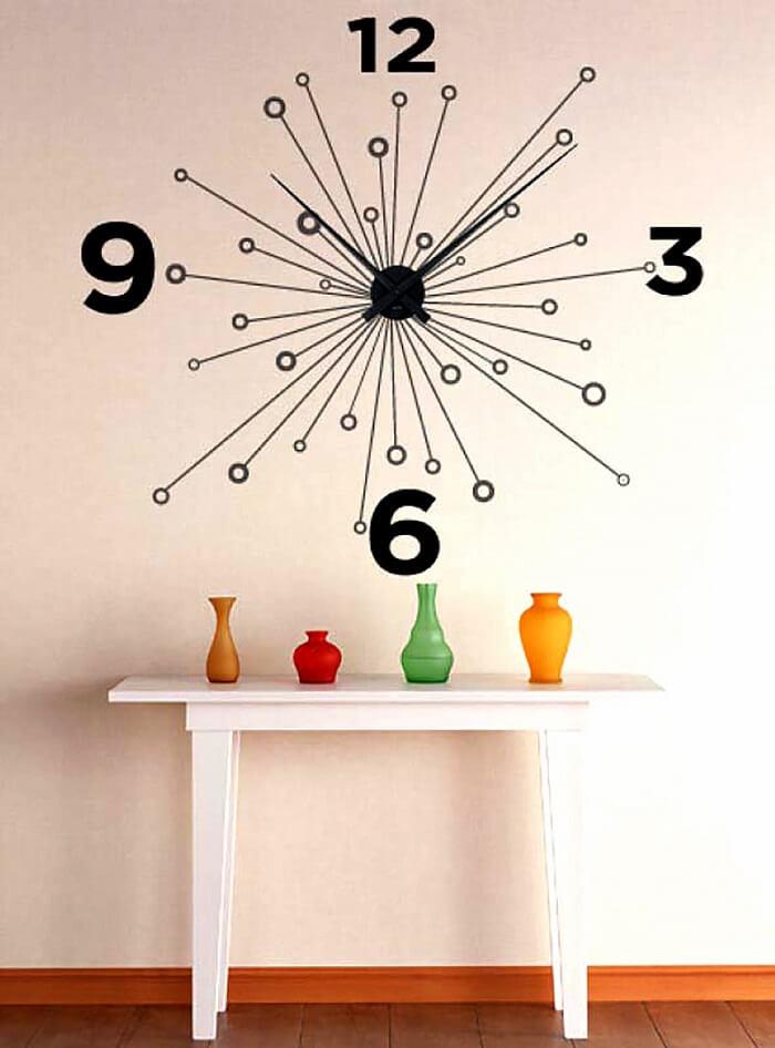 Relógio de parede moderno fixado acima do móvel de madeira