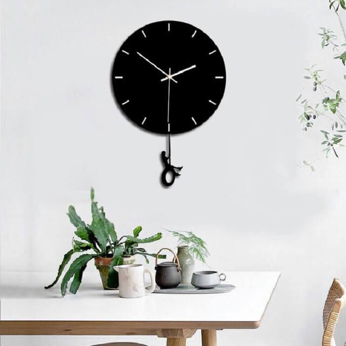 Relógio de parede preto com design delicado e criativo