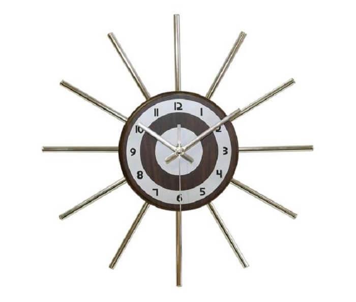 Relógio de parede segue o estilo pontiagudo