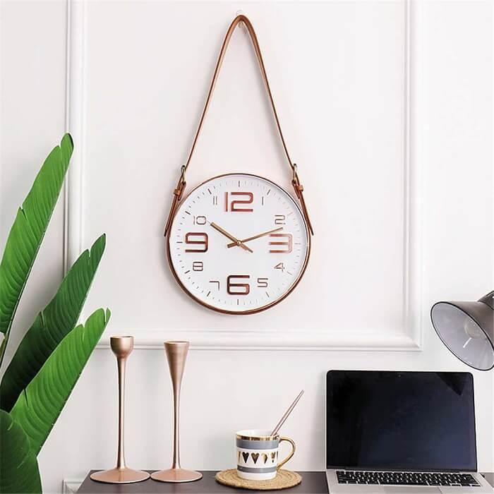 Relógio de parede fixado por um cinto