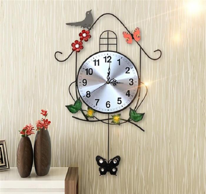 Relógio de parede digital com design metálico