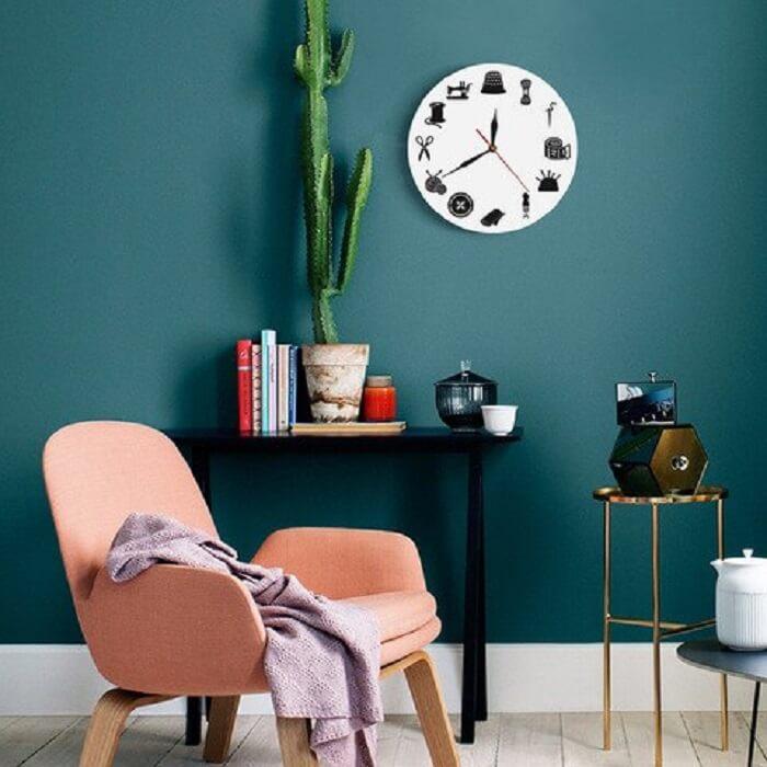 Relógio de parede com elementos de costura