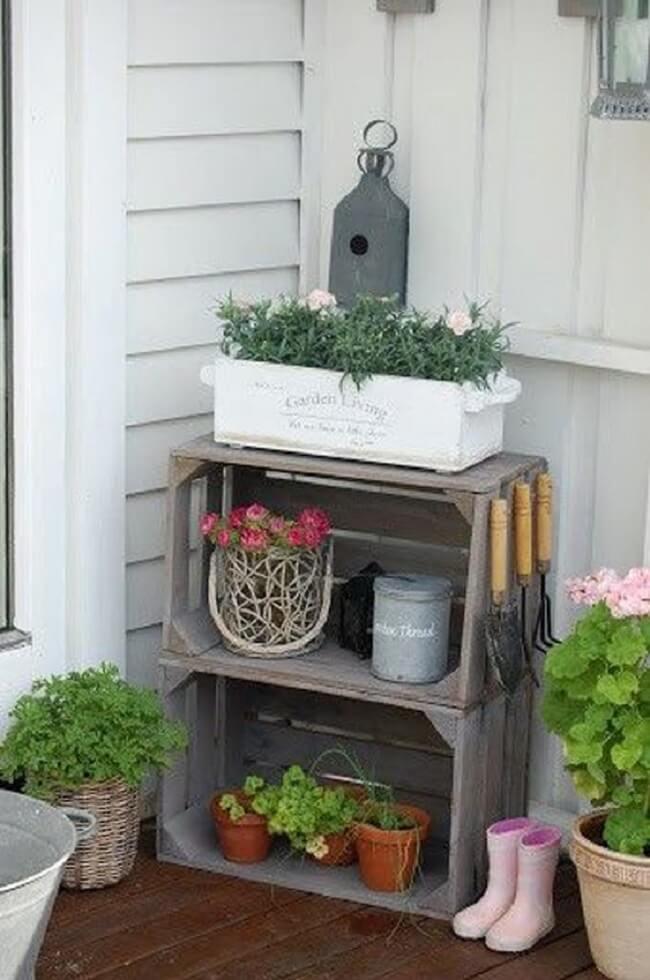 Reutilize o caixote de madeira e organize os itens de jardinagem